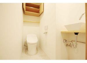 ■弊社施工例■ 多機能搭載型の温水洗浄付きトイレを標準設置しています。また夜間に大変便利な人感センサー付き照明をトイレにも取り付けています。弊社施工例です。