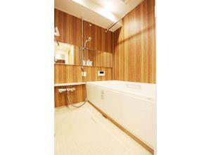 ■弊社施工例■ 横に広い大きな鏡で高級感のある空間を演出。換気機能でカビの発生を抑制して清潔・快適なバスルームをご提供します。